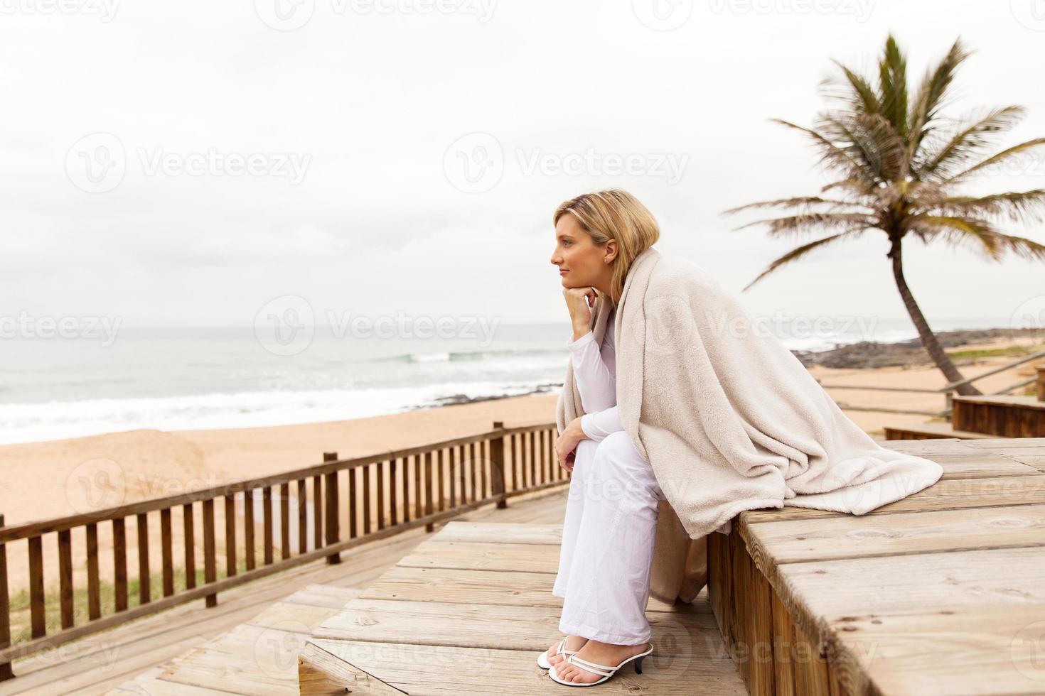 mulher loira olhando para a distância foto