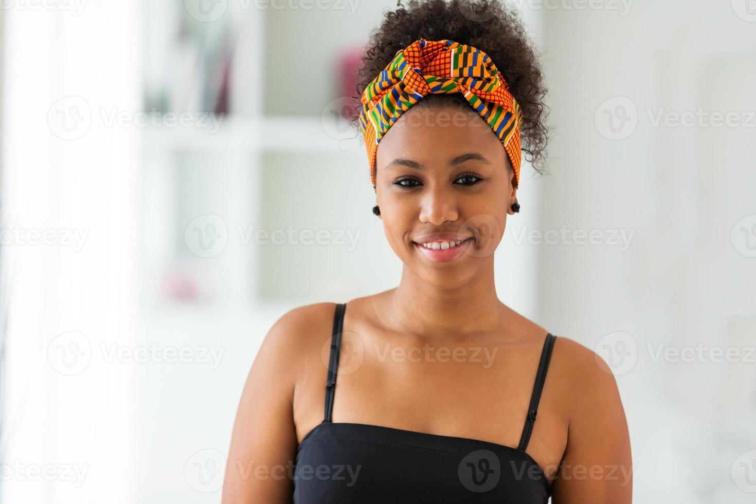 linda mulher afro-americana usando um lenço na cabeça africano - foto
