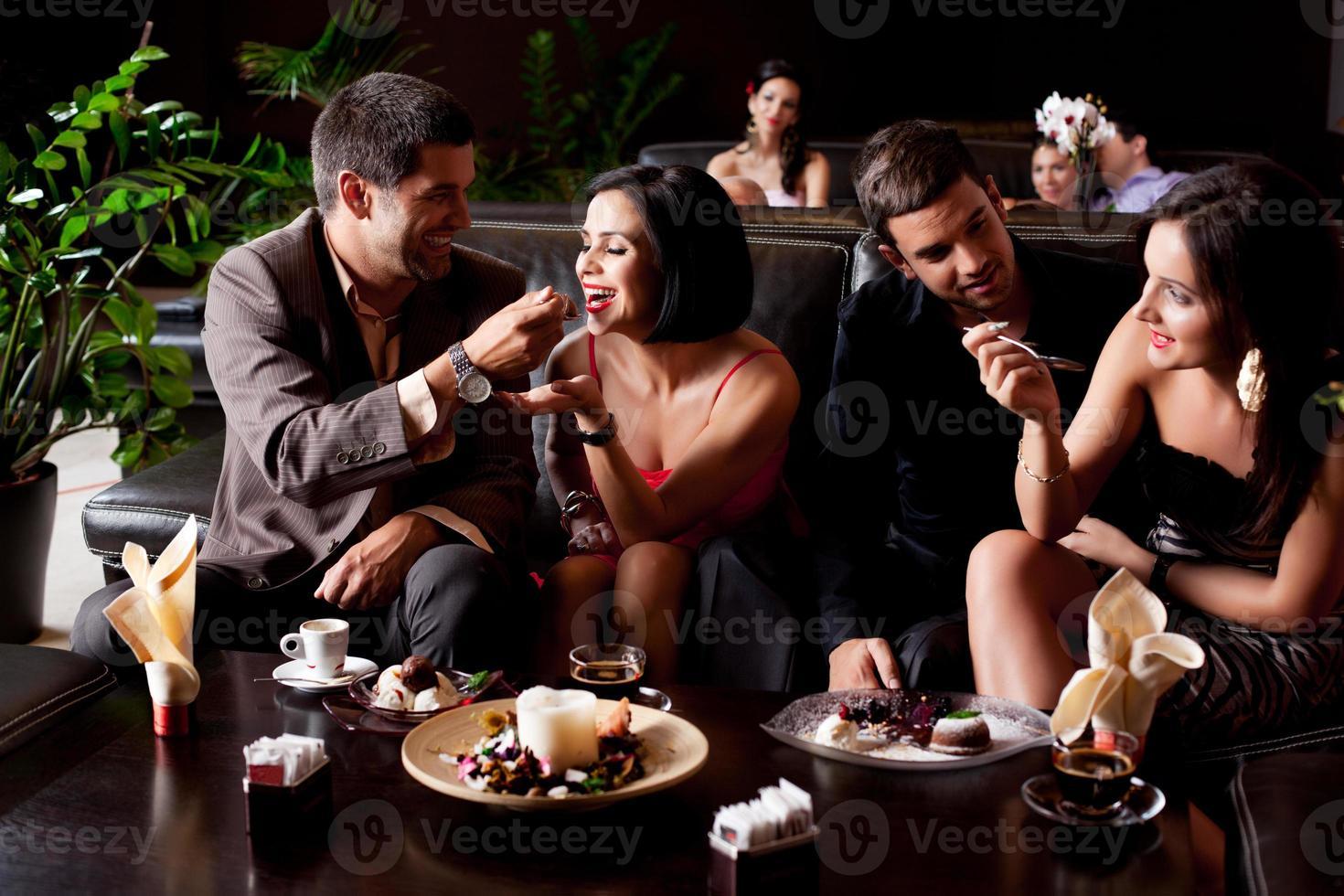 jovens casais comendo desertos foto