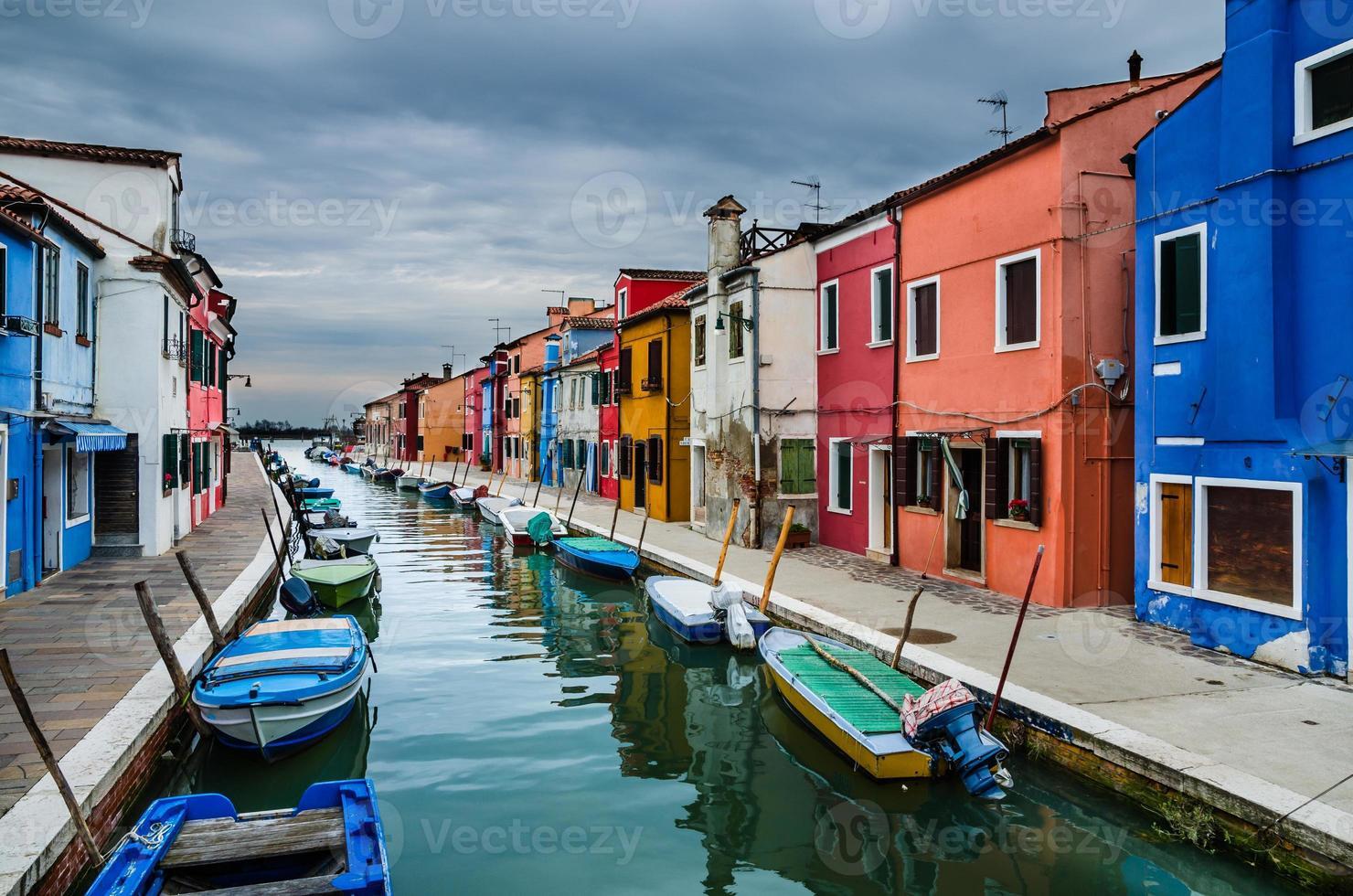 burano, vista do canal, veneza na itália foto