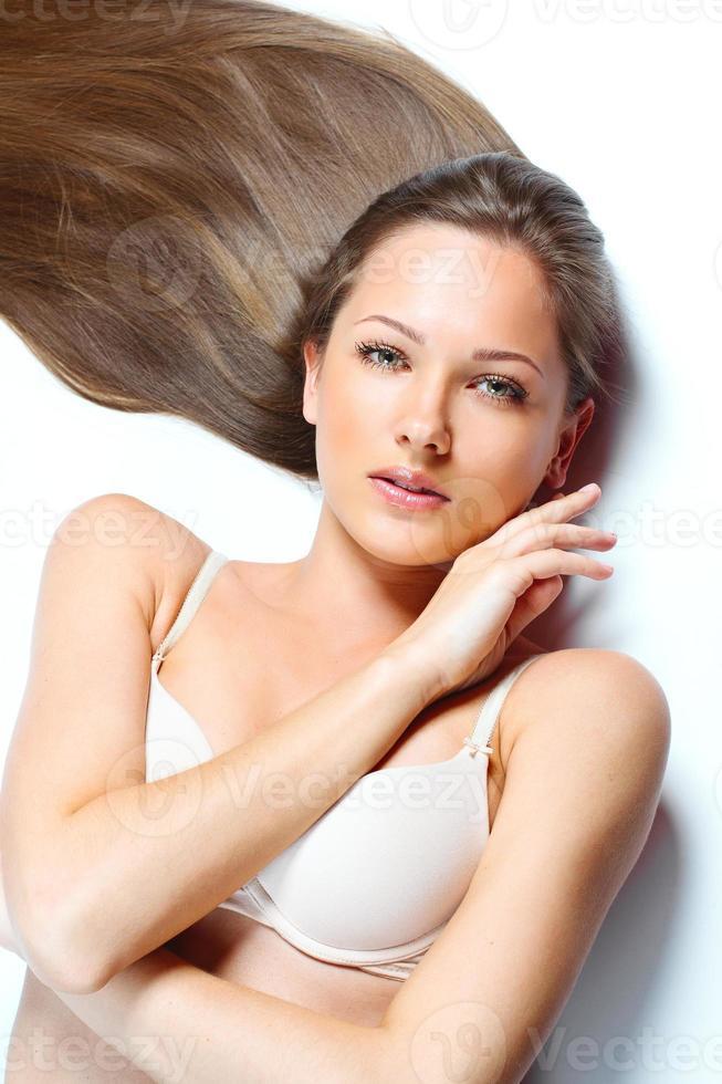 mulher bonita com cabelo longo liso foto