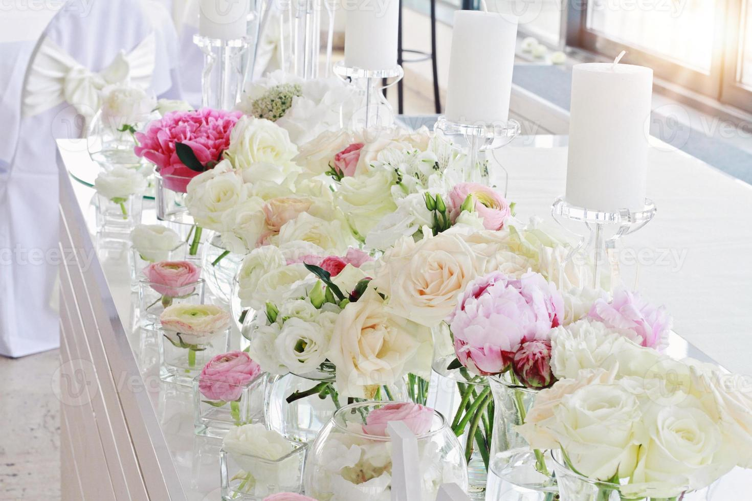 decoração de mesa de casamento. ranúnculo, rosas, velas foto