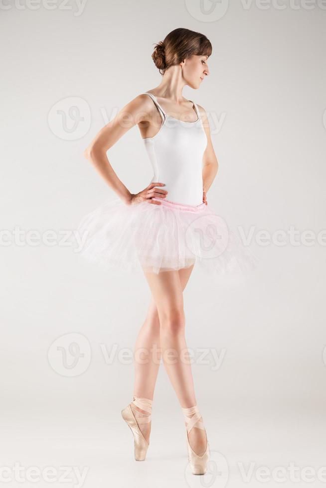 dançarina de balé em tutu branco posando foto