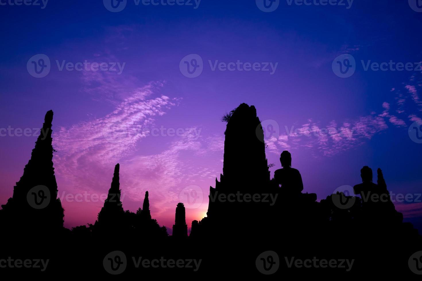 silhueta de estátua de pagode e Buda foto