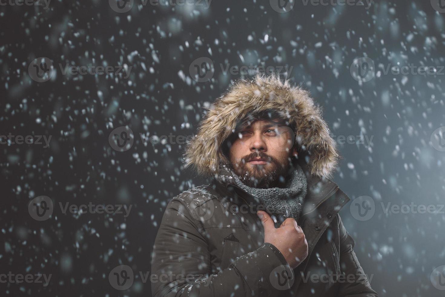 homem bonito na tempestade de neve foto