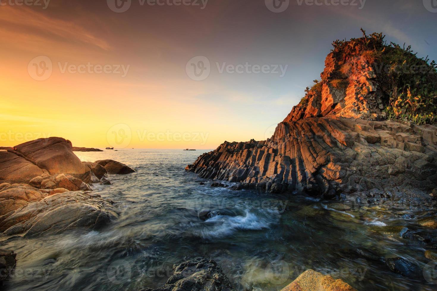 rocha de basalto em placas no mar de phu yen, vietnã, foto