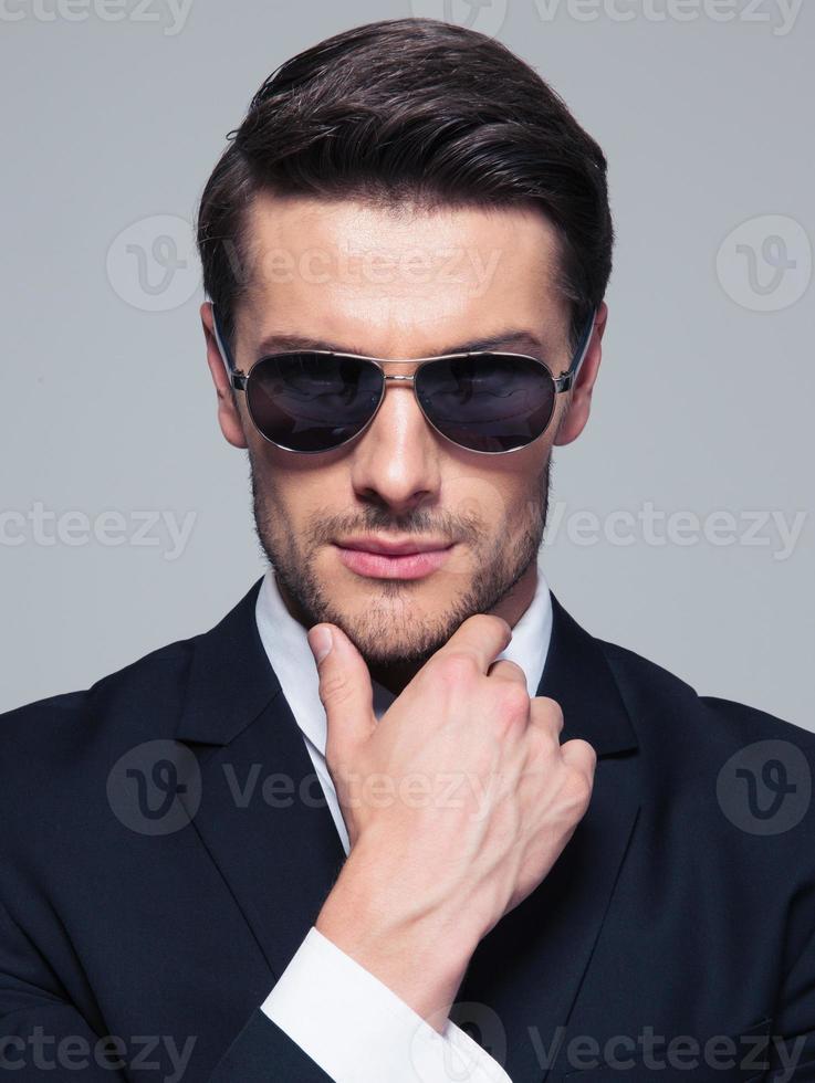 jovem empresário de moda em óculos de sol foto
