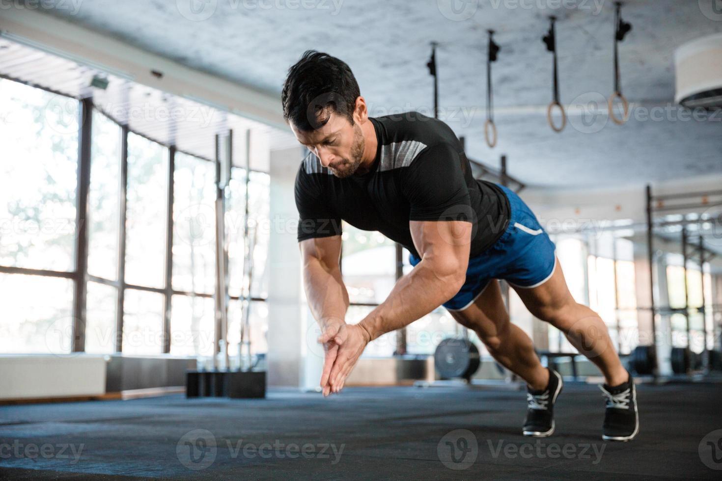 desportista fazendo puch-up com palmas foto