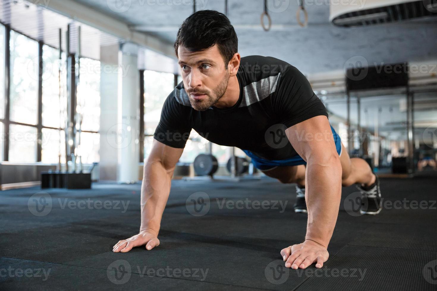 desportista fazendo flexões foto