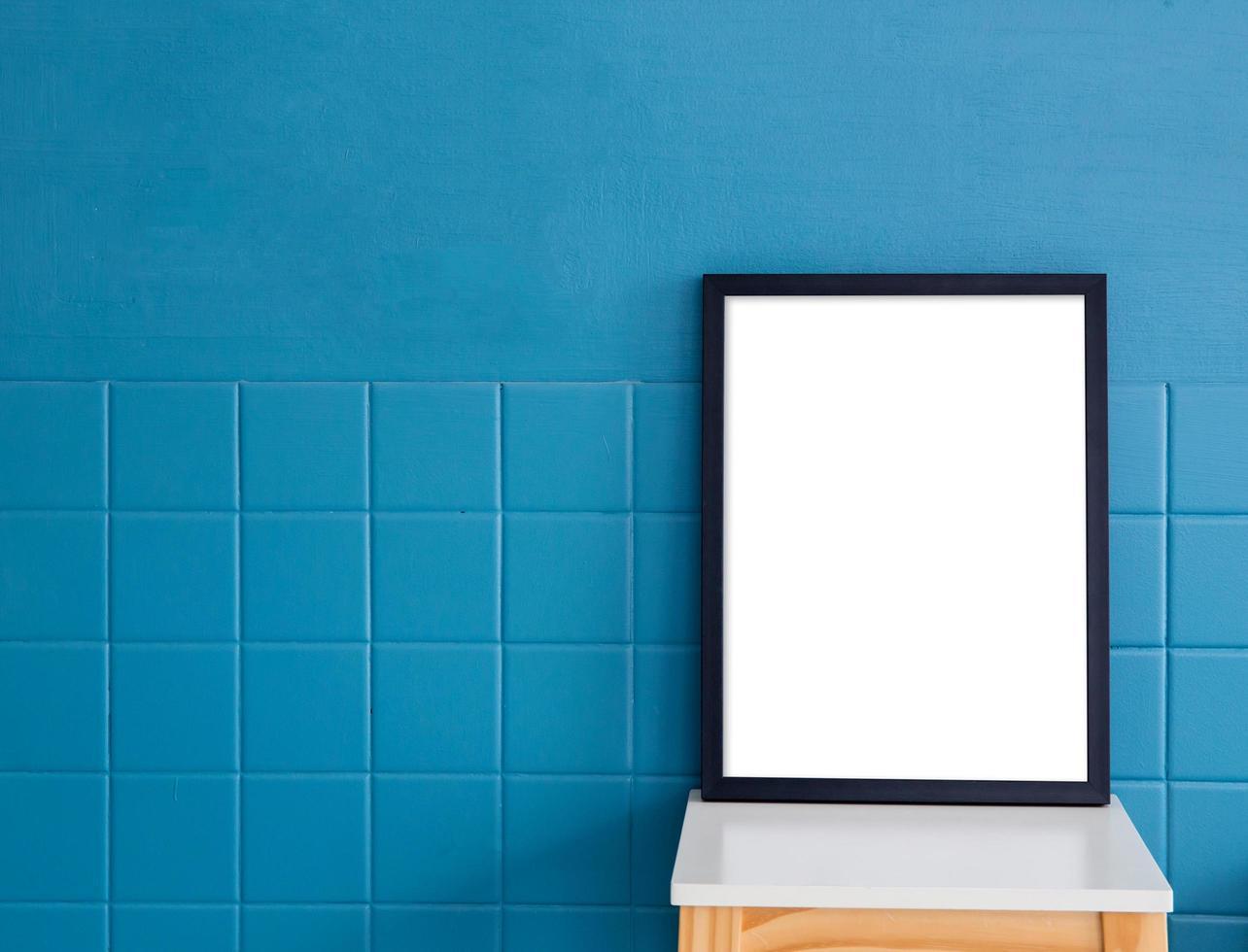 maquete de quadro vazio na mesa com espaço de cópia foto