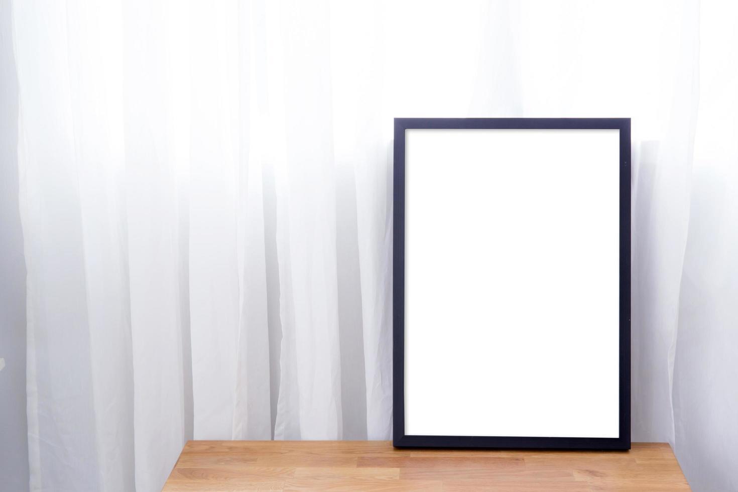 mock-up de obras de arte emolduradas na mesa foto