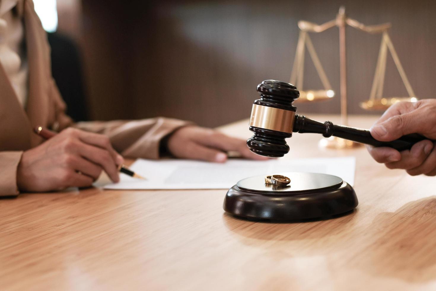 juiz segurando o martelo decidir sobre o processo de divórcio foto