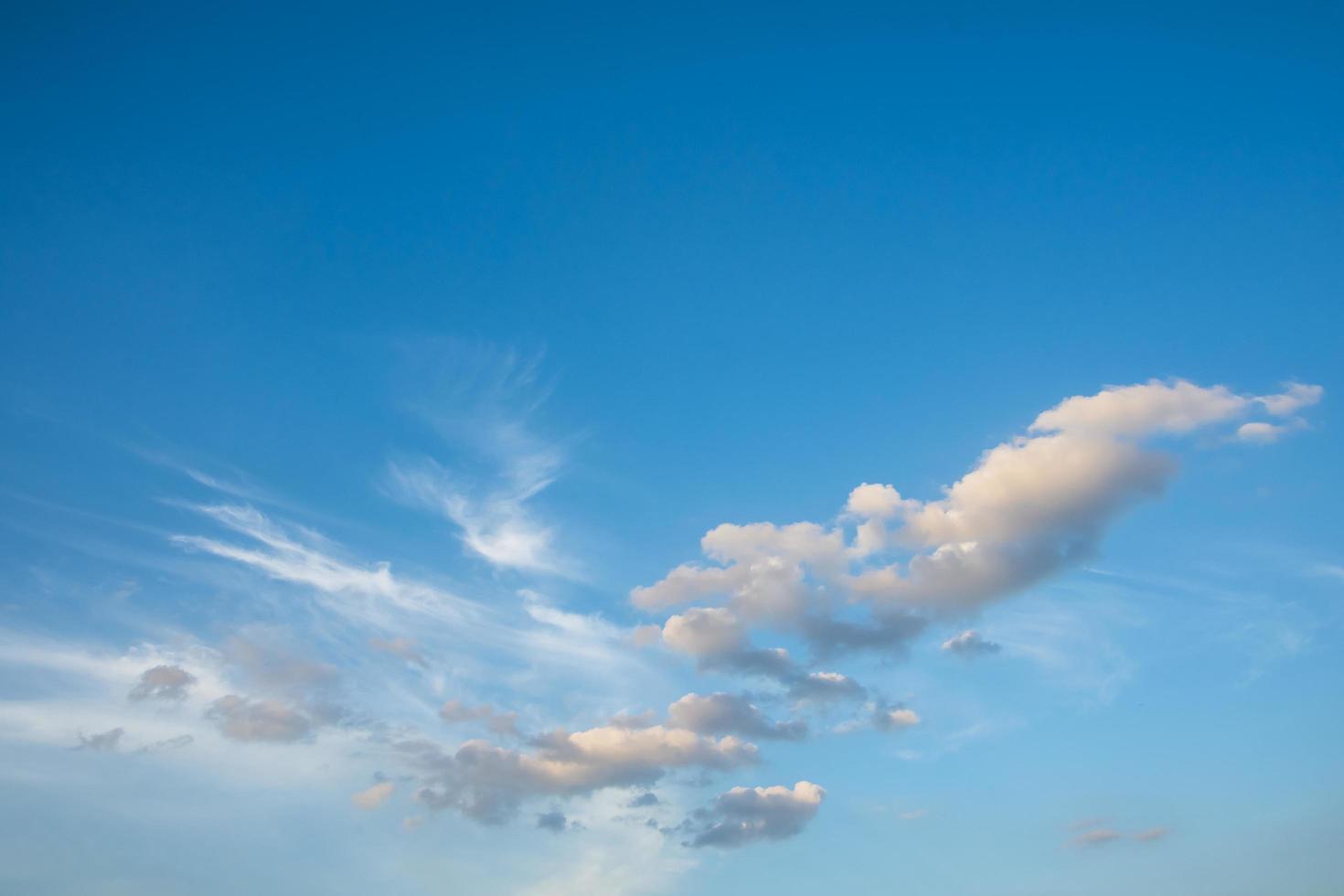 nuvens em um céu azul foto