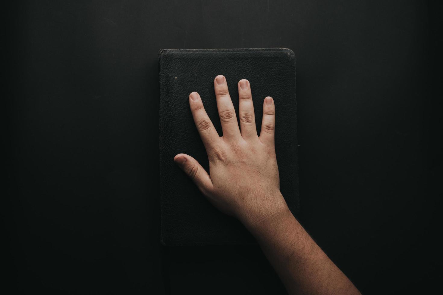 mão tocando livro foto