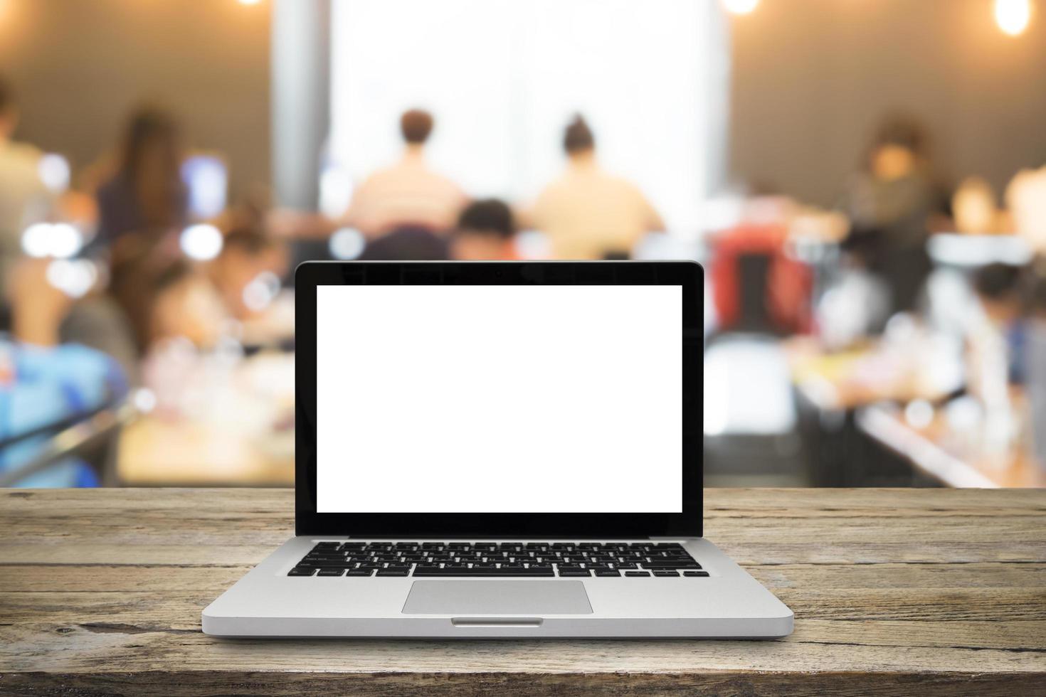 laptop aberto na mesa de madeira na sala de aula foto