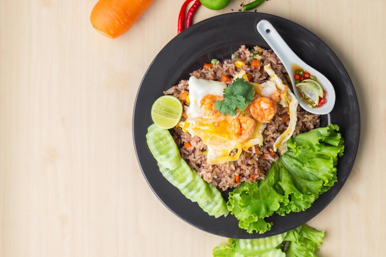 arroz integral frito com ovo frito de camarão foto