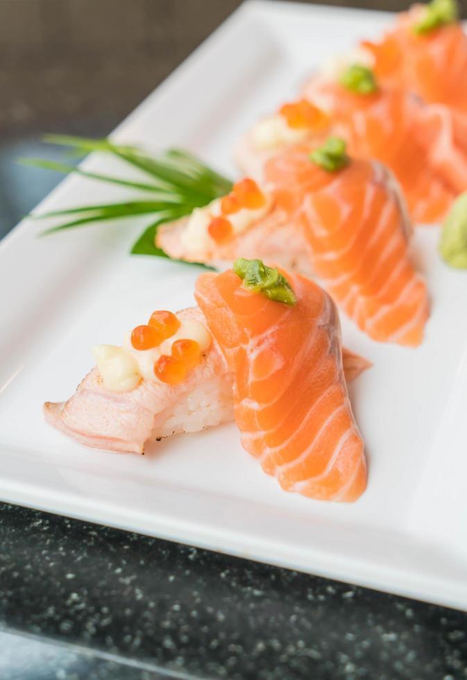prato de sushi de salmão fresco foto