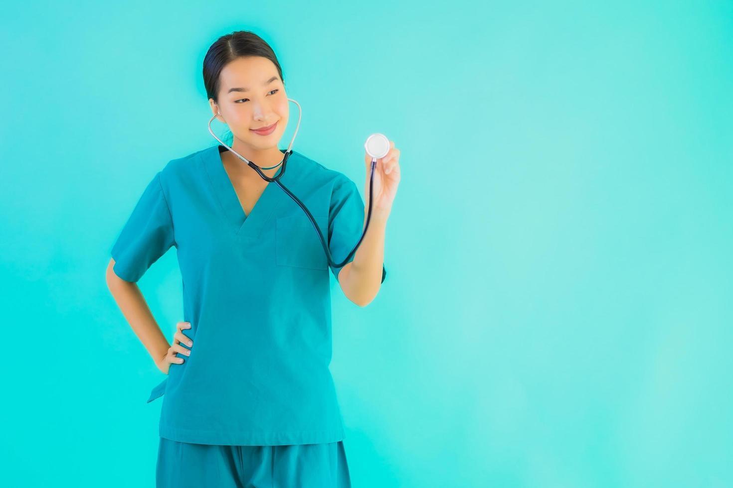 médico de mulher segurando o estetoscópio foto