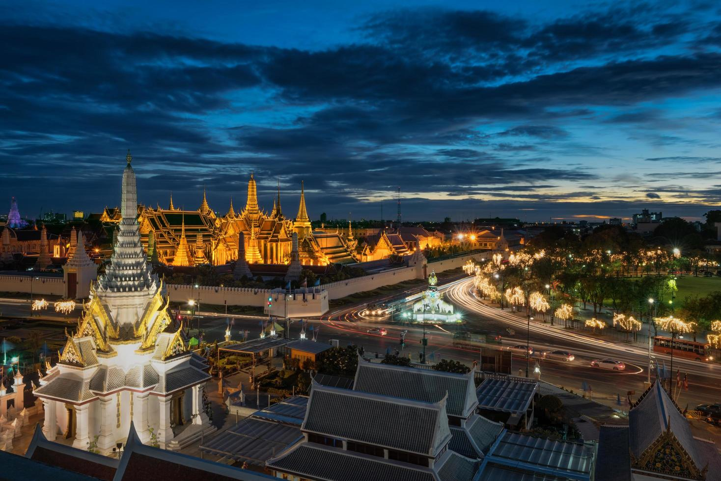 o templo esmeralda de buda no crepúsculo foto