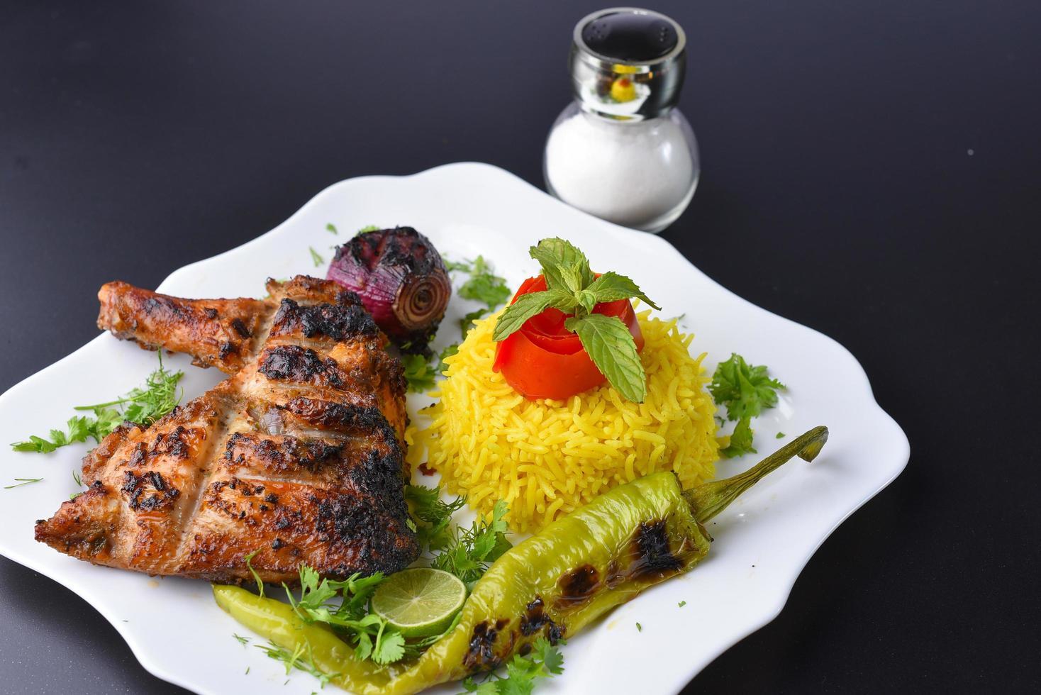 refeição de peito de frango grelhado foto