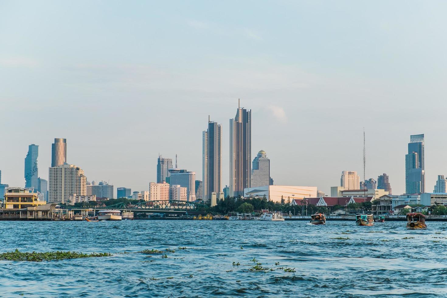 paisagem de edifícios na beira do rio chao phraya foto