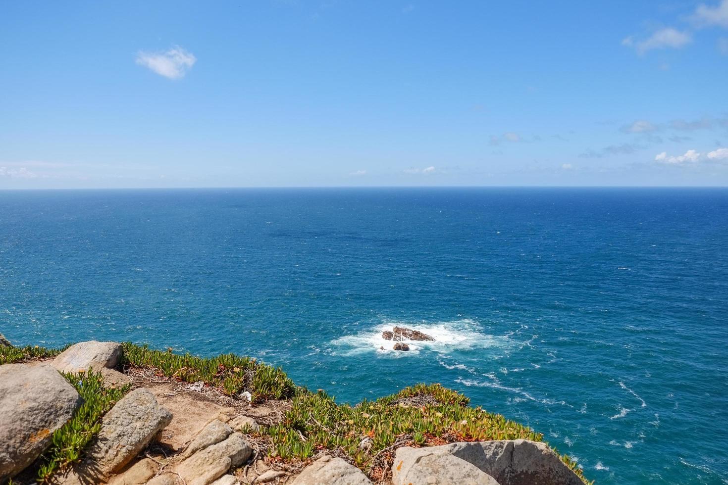 Oceano Atlântico com pequenas ondas contra o céu azul foto