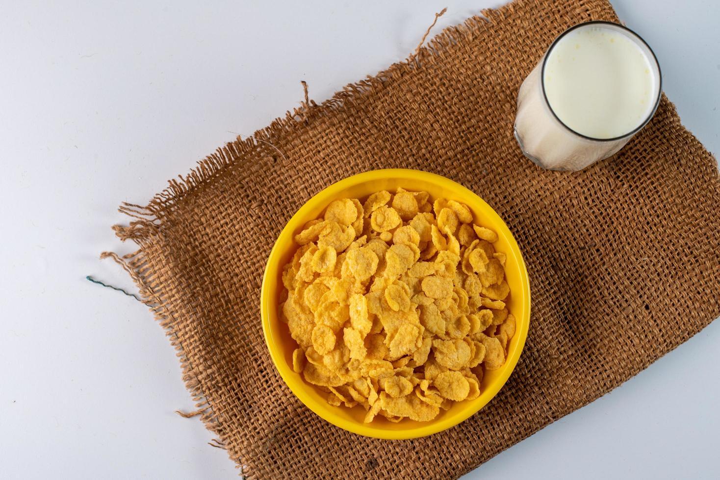 cereal e leite em fundo neutro foto