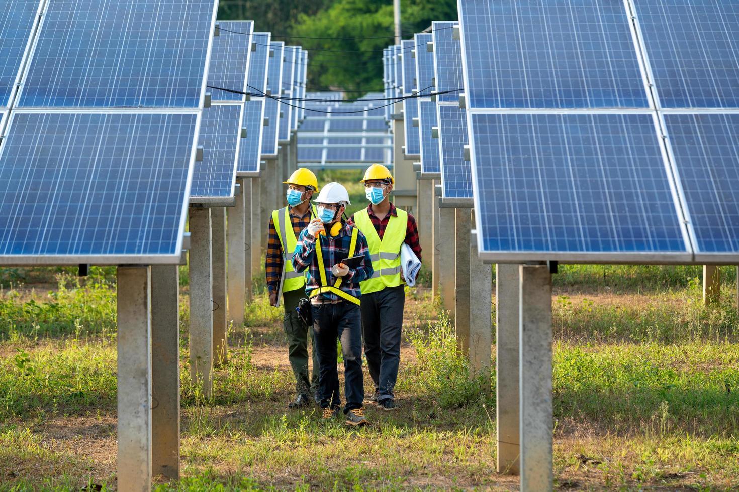 homem vestindo equipamentos de segurança com painéis solares foto