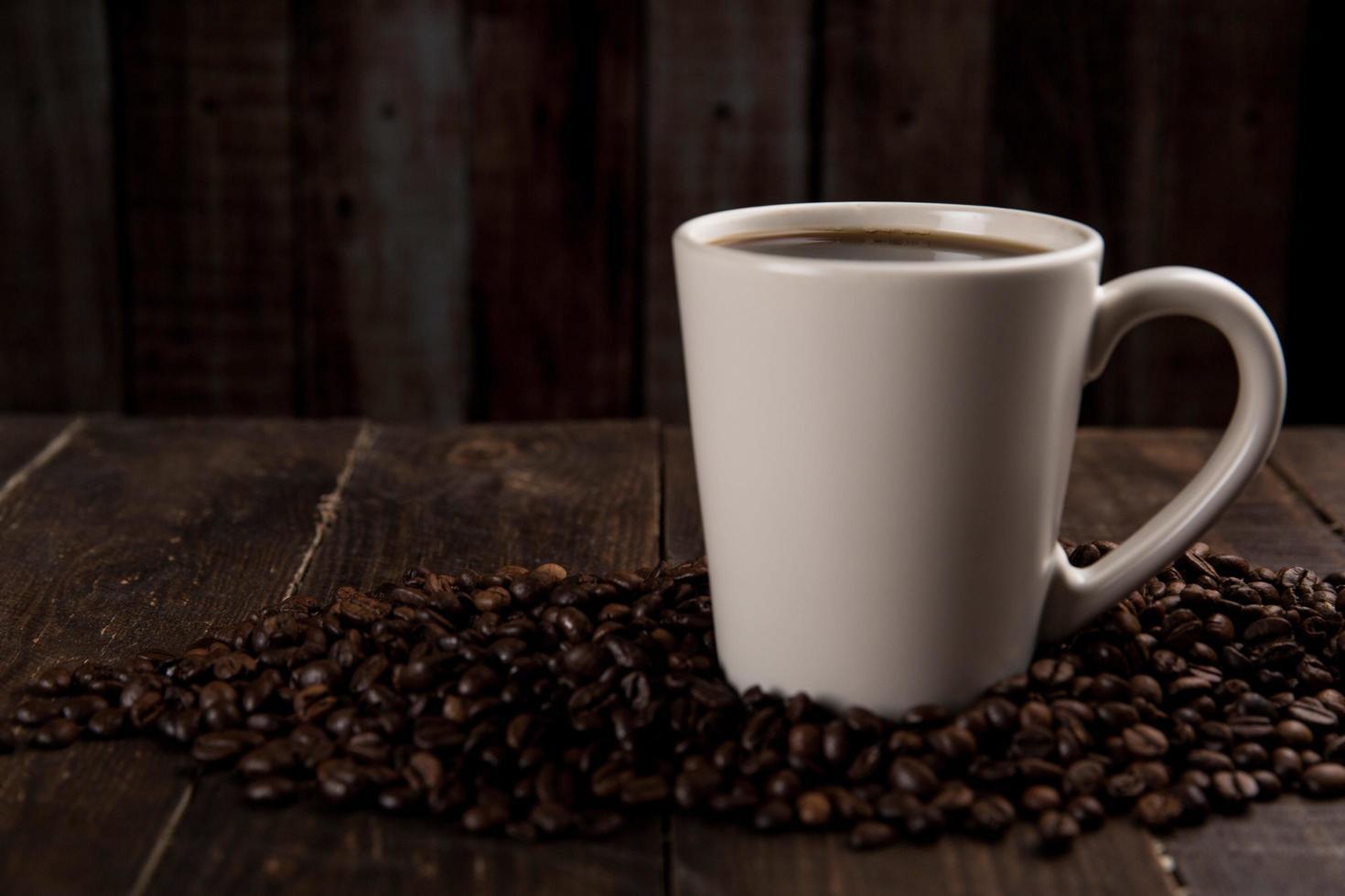 caneca de café sobre fundo escuro foto