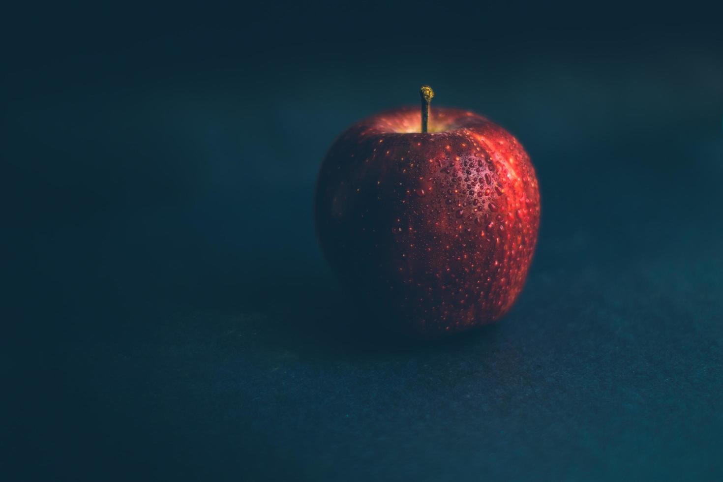 maçã vermelha em fundo escuro foto