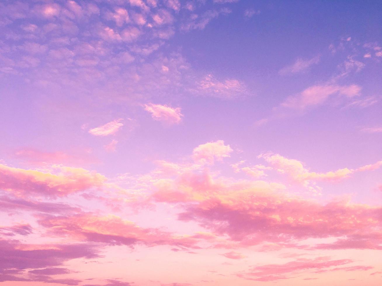 nuvens cor de rosa e céu azul roxo foto