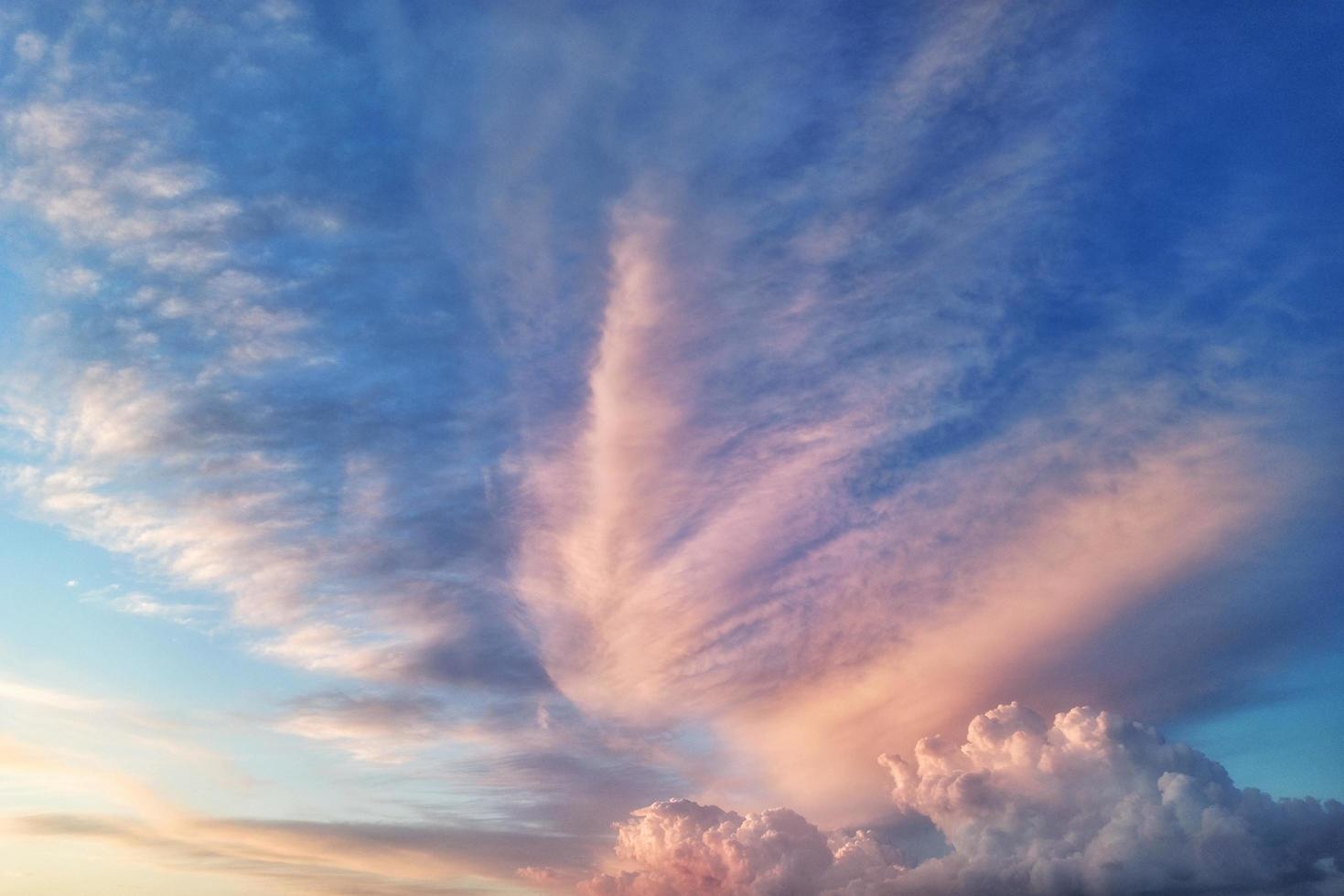 céu nublado colorido foto