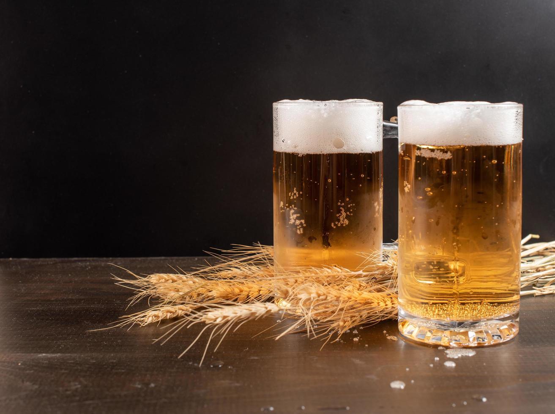 dois copos de cerveja com talos de trigo foto