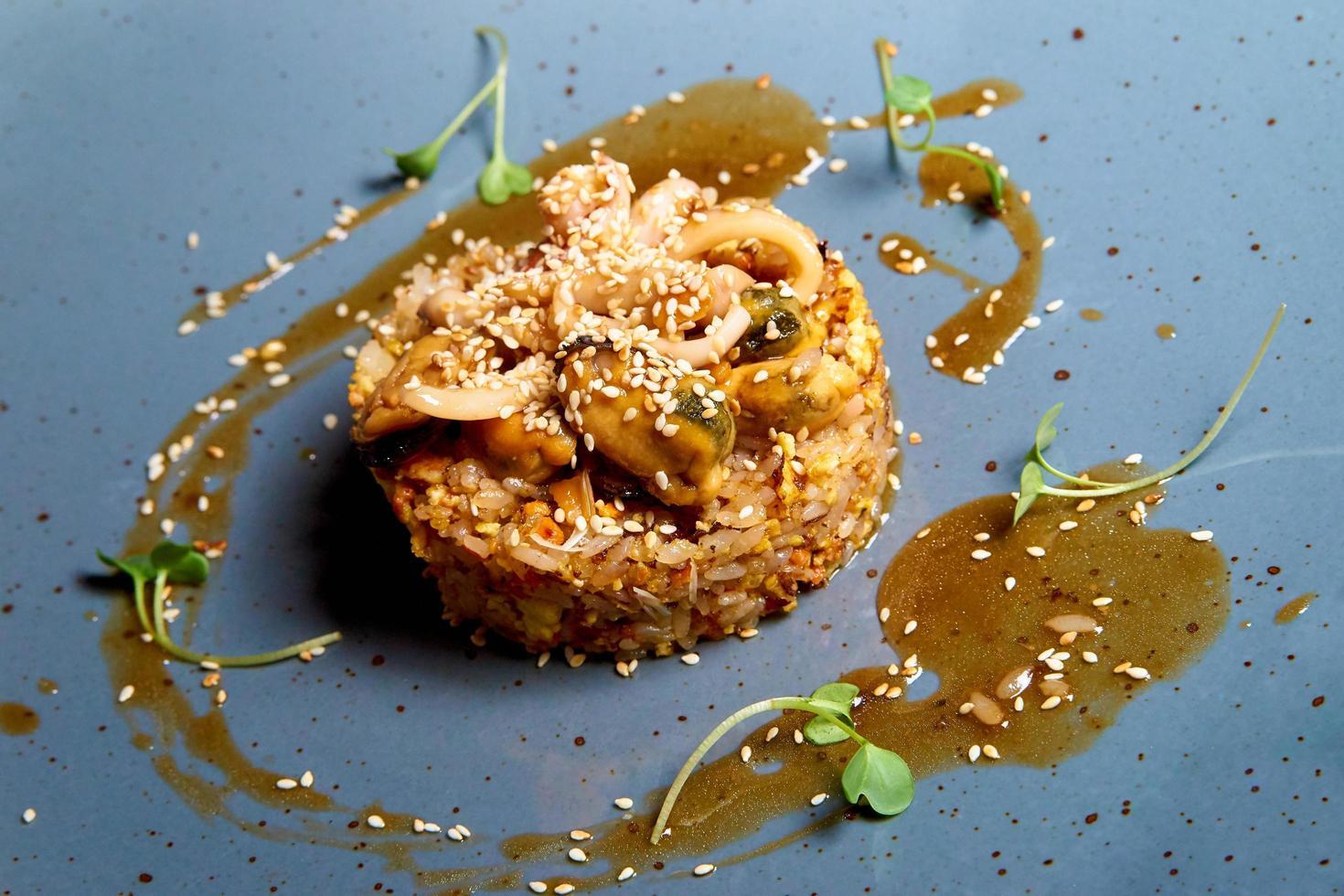 arroz com frutos do mar e molho foto