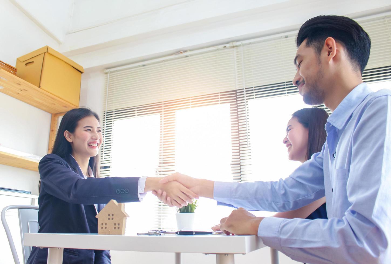 empresária e clientes apertam as mãos foto