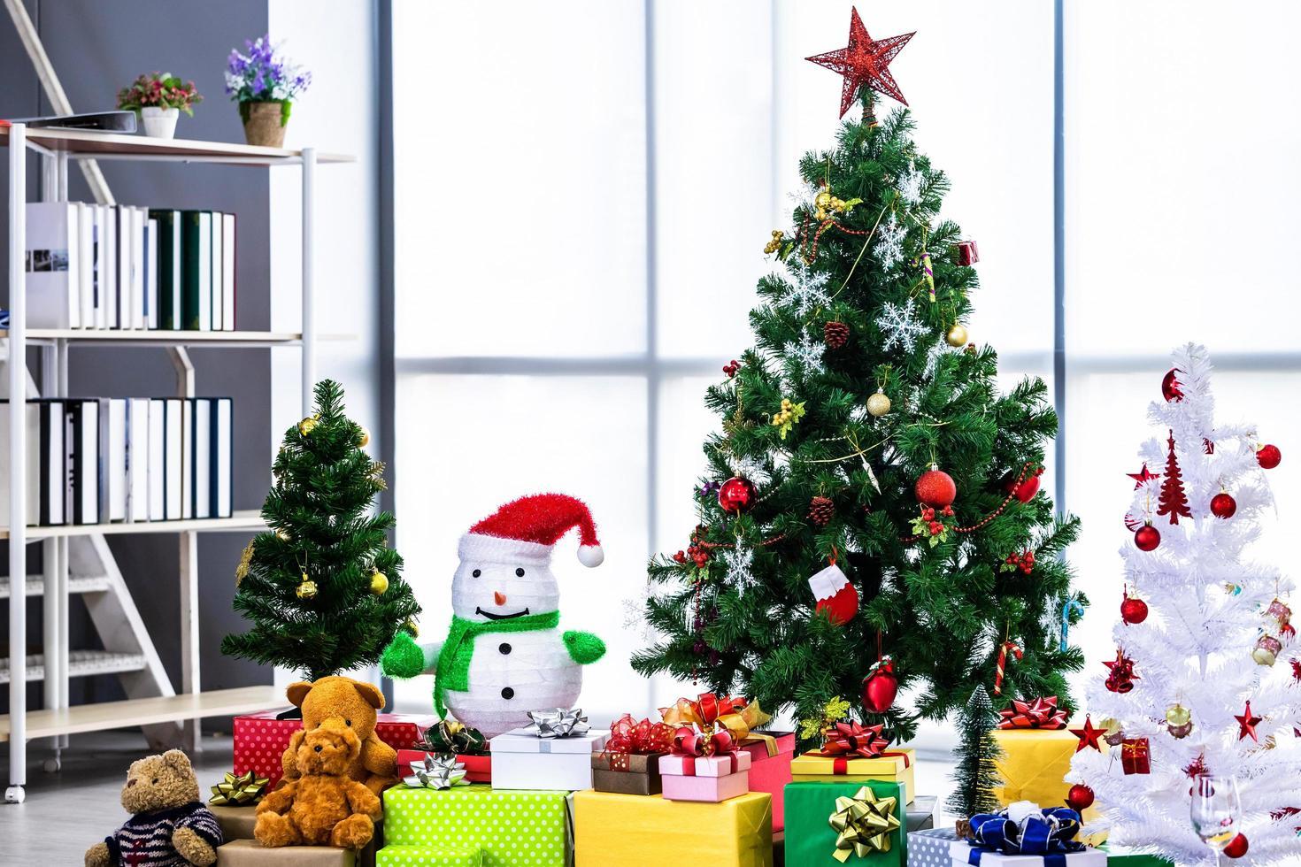 árvore de natal com presentes foto