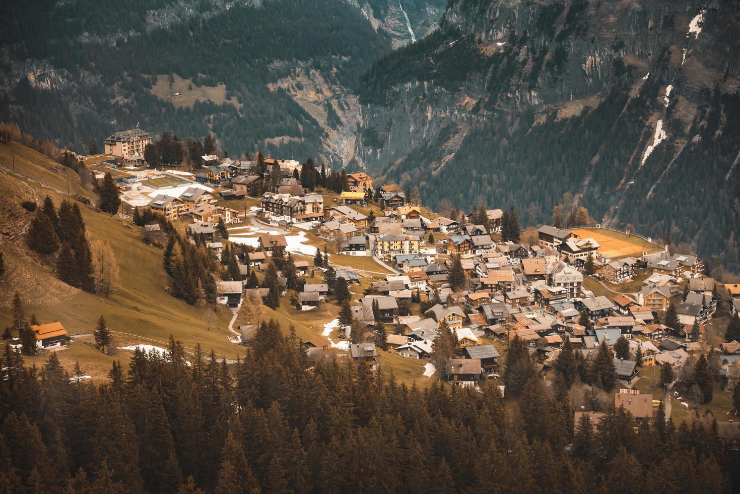 Vista aérea sobre a vila da cidade de Murren do teleférico, na Suíça. foto