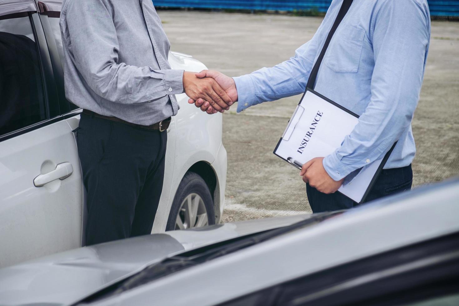 agente de seguros e cliente apertando as mãos foto