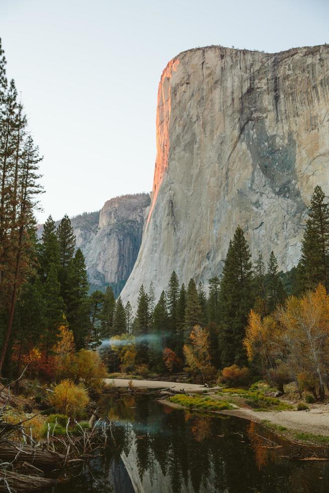 El Capitan ao pôr do sol em Yosemite foto