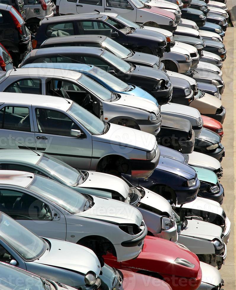carros destruídos e danificados na demolição de carros foto