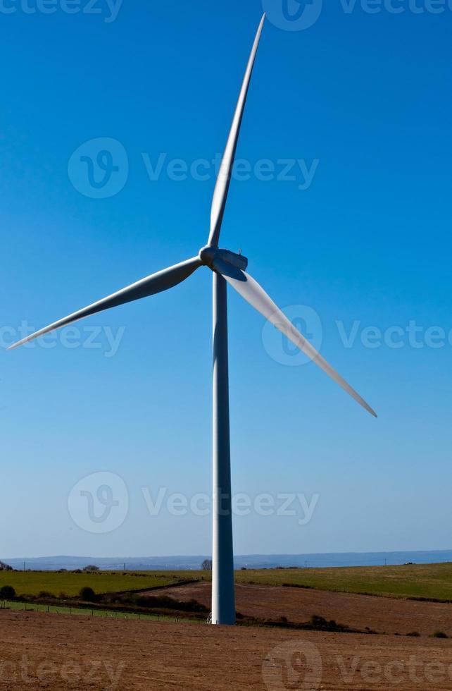 única turbina eólica em um campo foto
