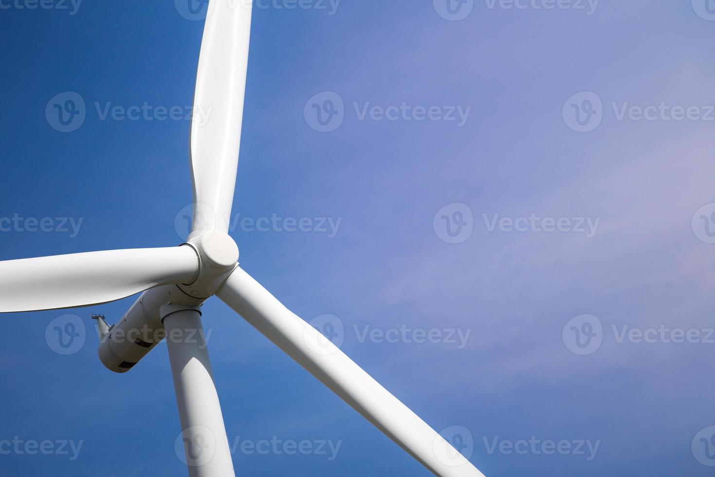 turbina eólica com luz solar foto