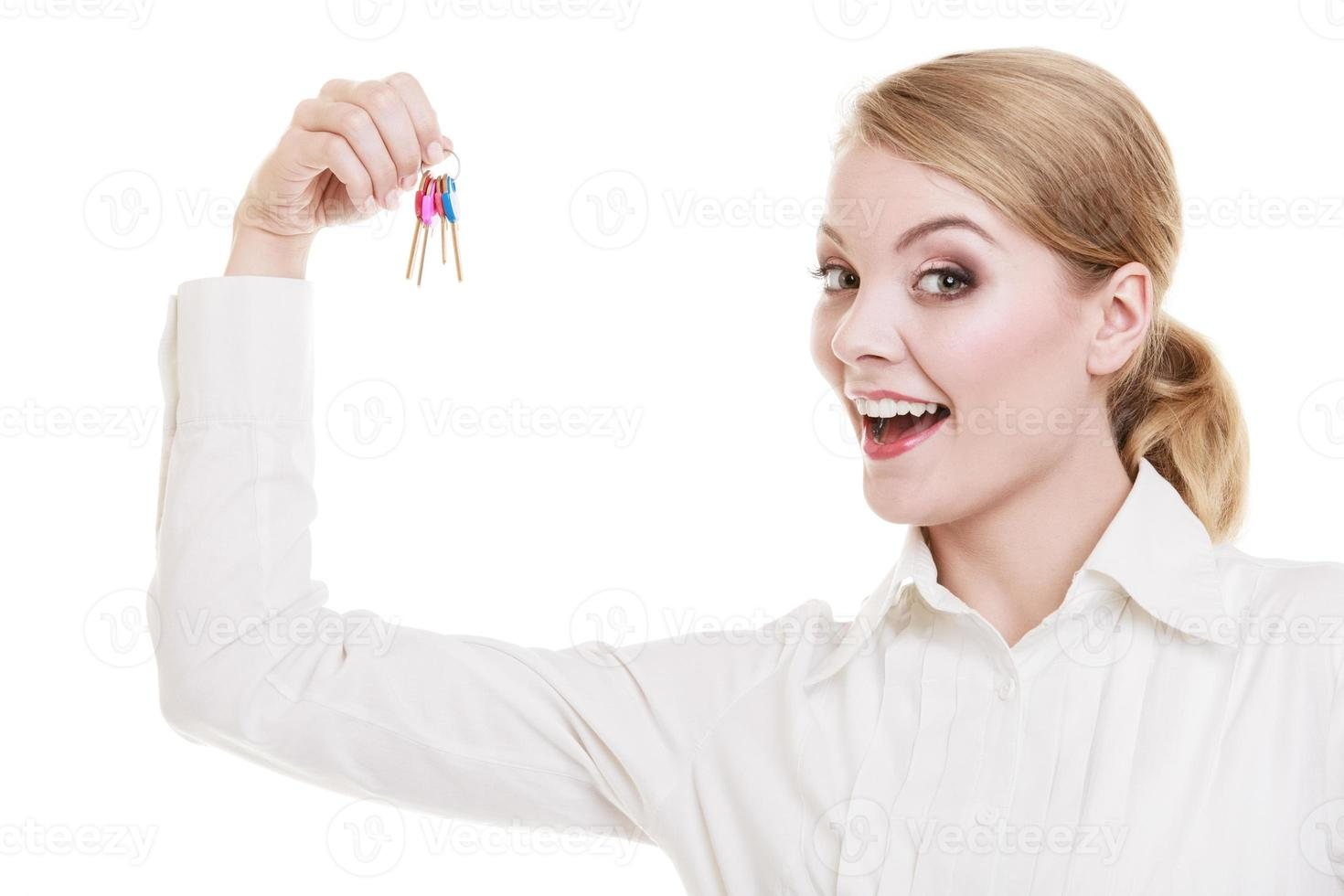 corretora imobiliária segurando as chaves da casa nova foto