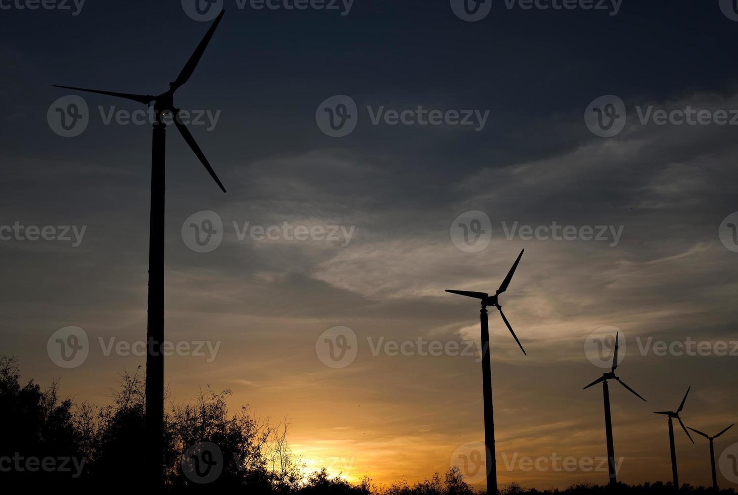 turbinas eólicas no pôr do sol foto