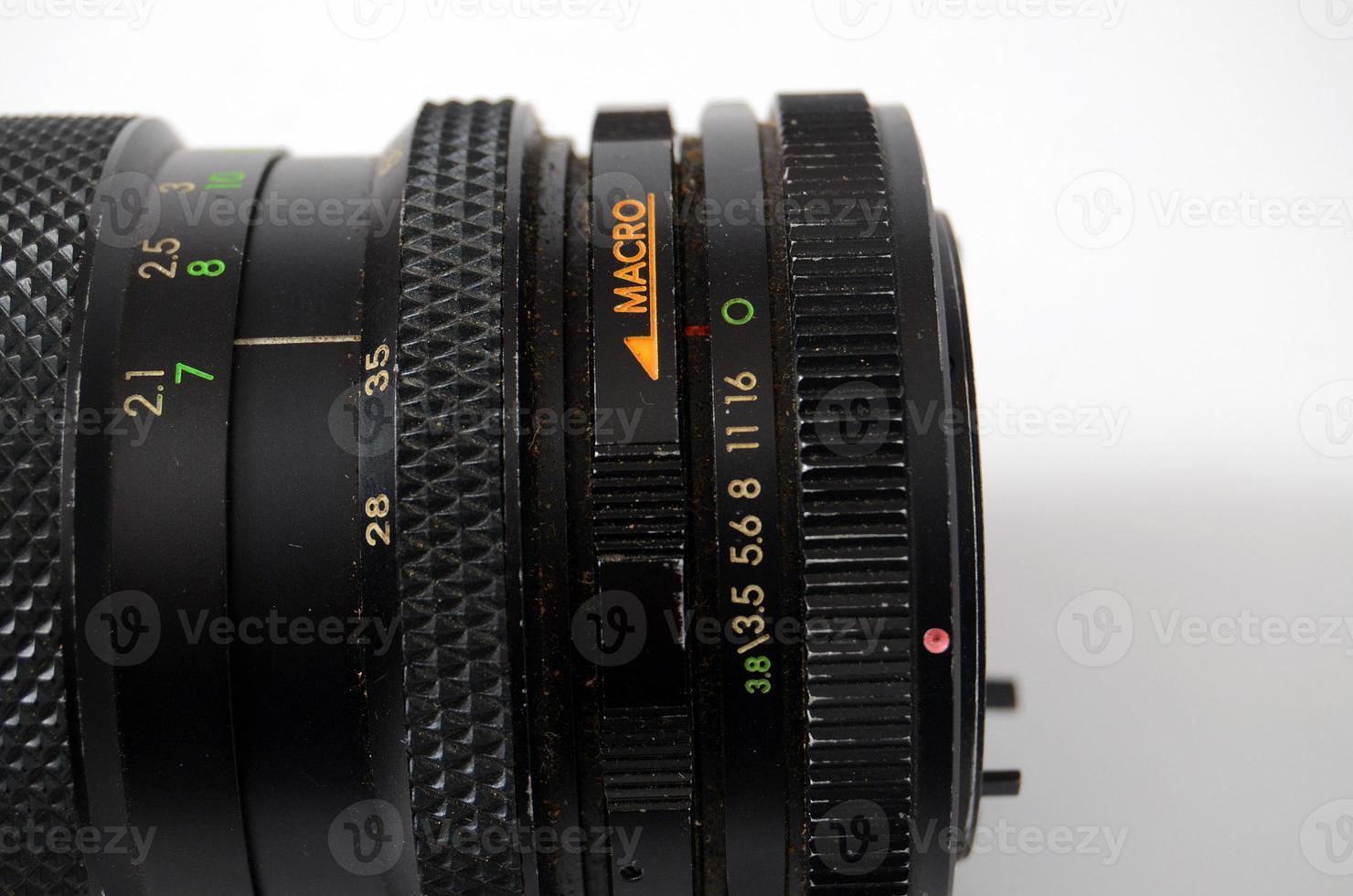 uma lente de câmera de controle manual antigo isolada no branco foto