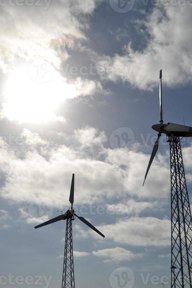 moinhos de vento com fundo de céu azul foto
