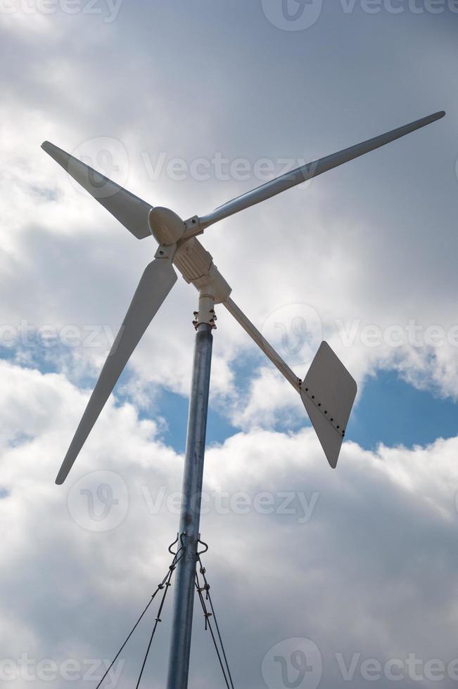 close da turbina eólica produzindo energia alternativa foto