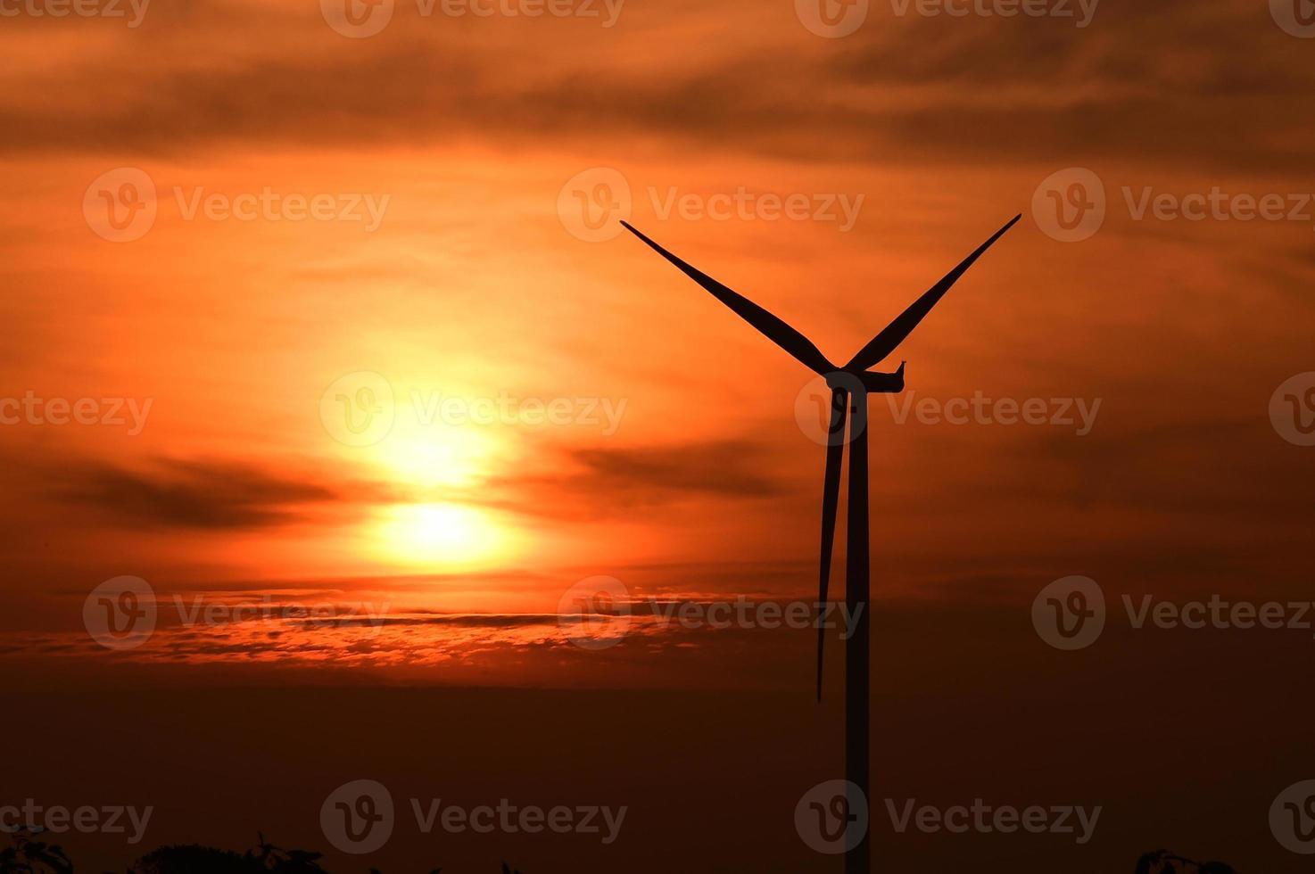 silhueta de turbinas eólicas ao pôr do sol foto