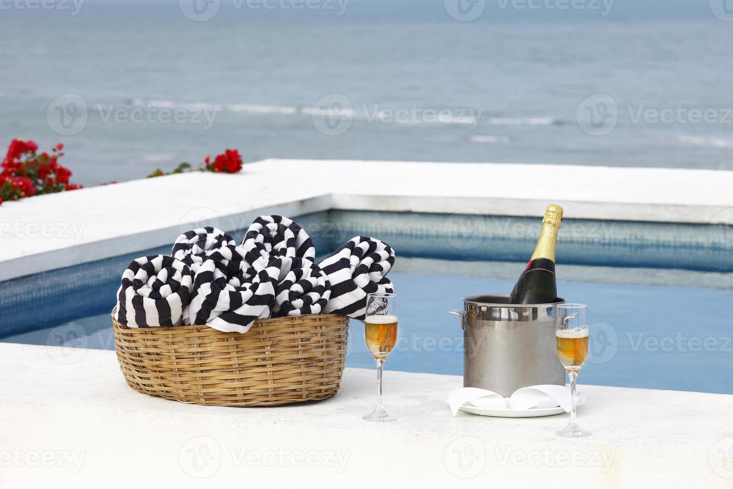 champanhe na piscina foto