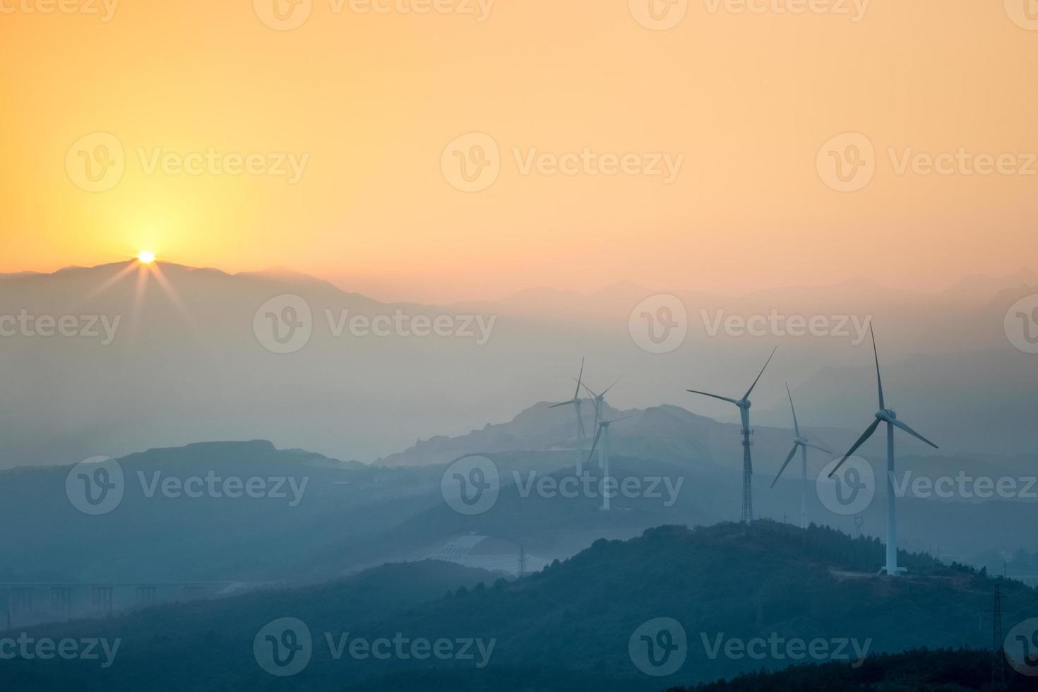 parque eólico no pôr do sol foto